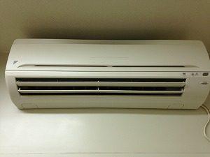 水気を拭きあげてエアコンを組み立てます。