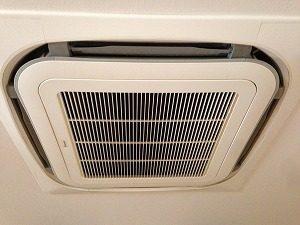 水気を拭きあげてエアコンを組み立てます